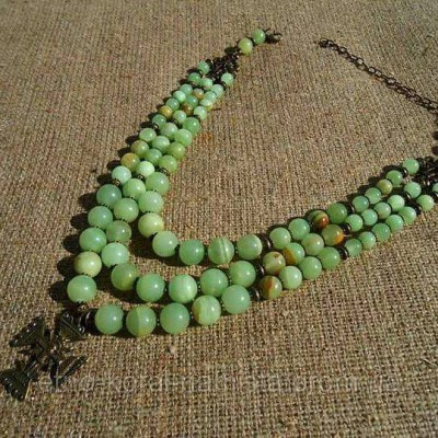 Necklace of green onyx natural gemstone with Gutsul cross 3 threads